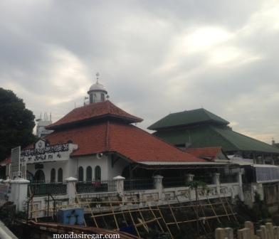 Masjid Al Makmur di Tepi Ciliwung