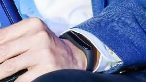 Xiaomi Mi Band 3 на руке (костюм)