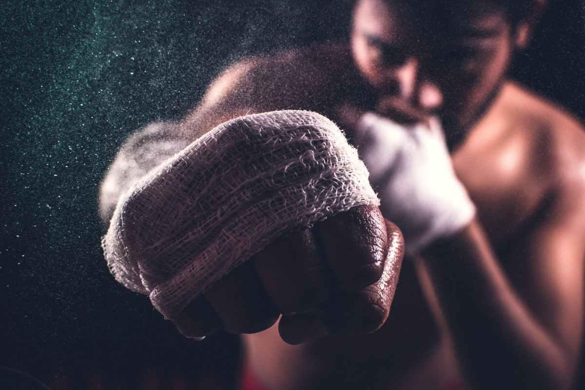L'image montre le coup de poing d'un boxeur, pour signifier force et détermination dans votre objectif.