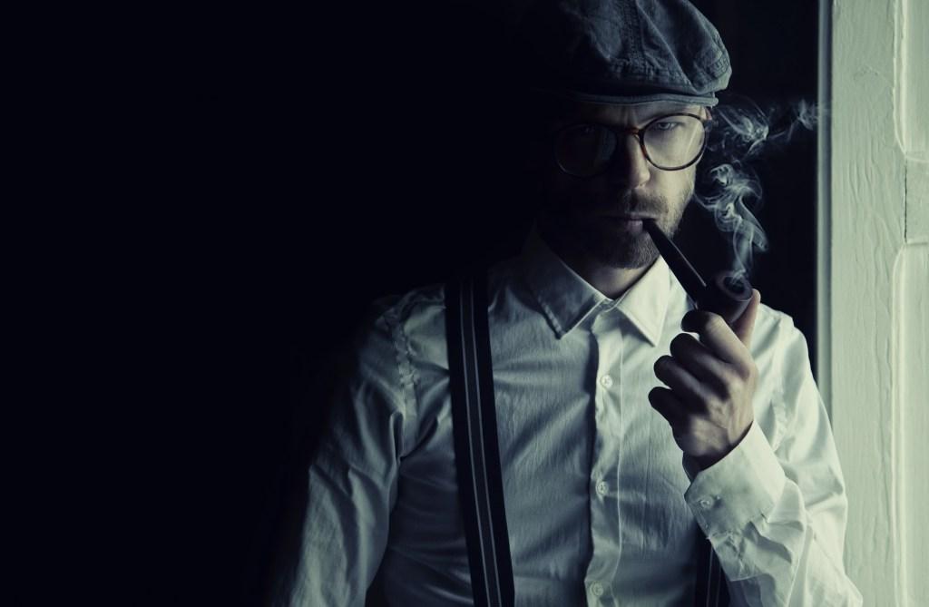 Image montrant un détective en pleine réflexion. Volonté ou motivation ? Tel est la question.