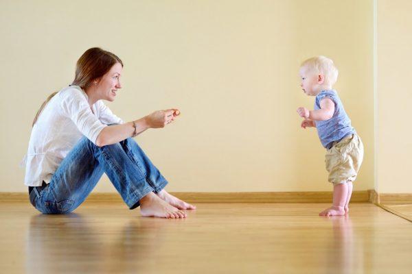 كيف أساعد طفلي على المشي