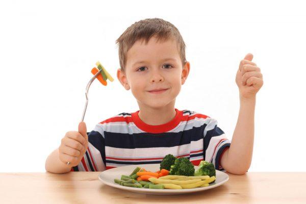 أهمية تقديم الوجبات الغذائية للطفل بدلاً من السوائل