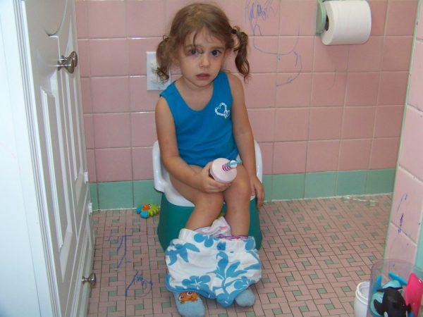 استخدام القصرية في عملية الإخراج للطفل