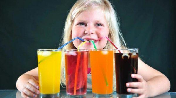خطورة الإفراط في شرب العصائر للأطفال