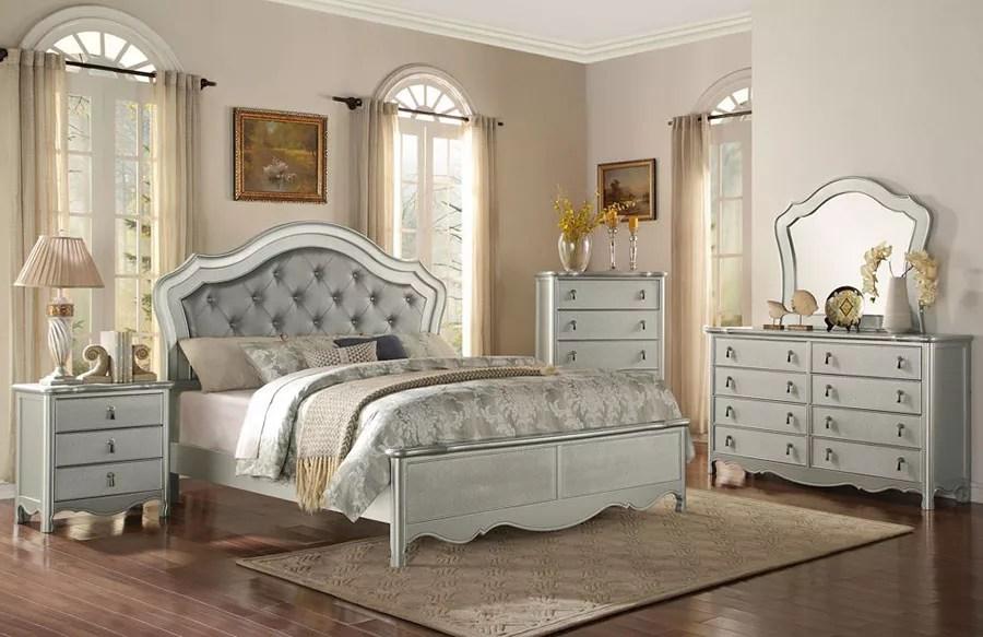 Descrizione capezzale per camera da letto maternità con bambino argento. 85 Idee Per Camere Da Letto Classiche Mondodesign It