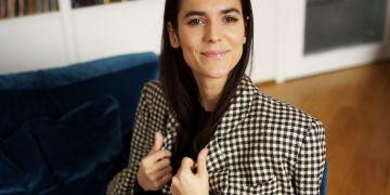 Giulia Torelli sul divano
