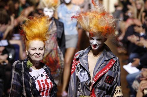 Vivienne Westwood no final do desfile do Verão 2010, em Paris