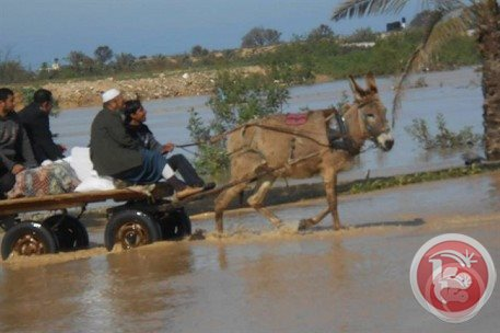 Hundreds of Palestinians flee as Israel opens dams into Gaza Valley Feb. 22, 2015 (Photo: Ma'an News)
