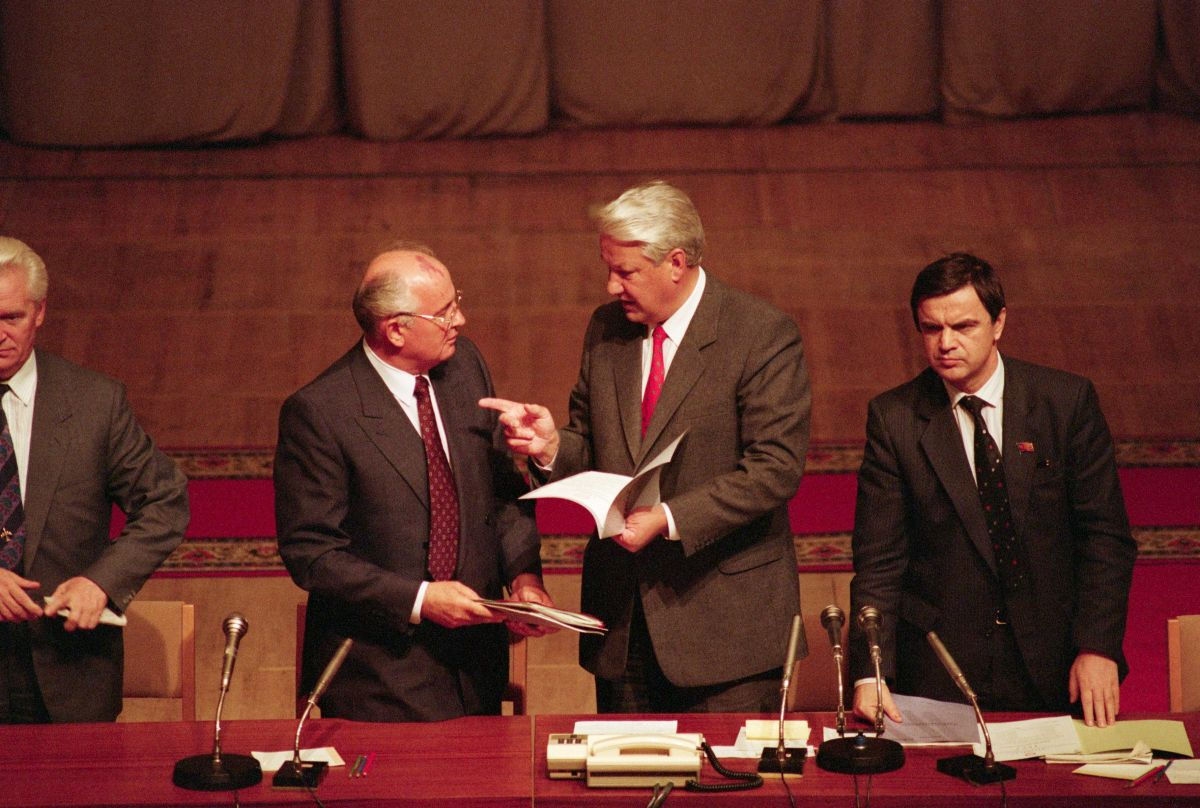 Gorbachev gets a lecture from Yeltsin.