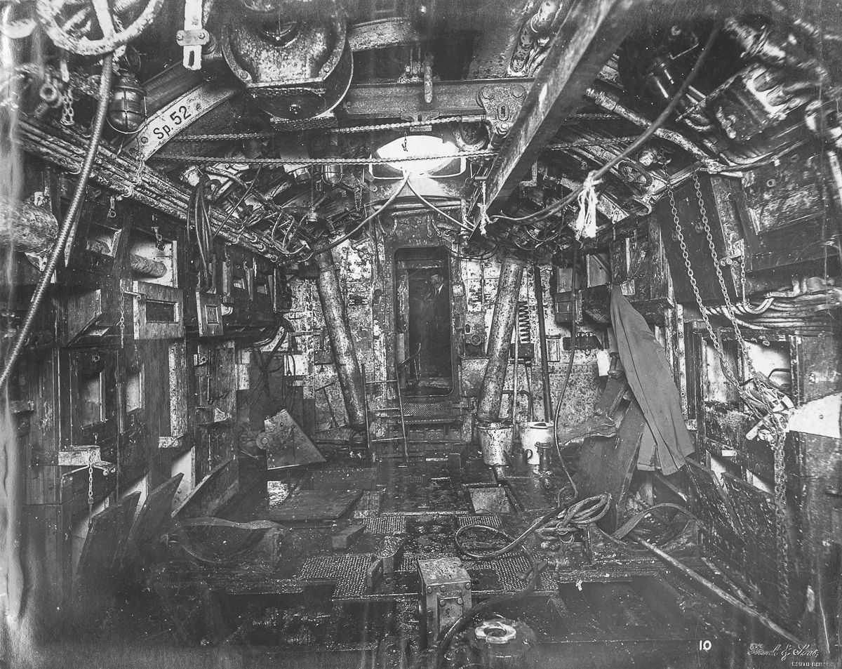 torpedo room looking aft the beam for lifting torpedoes into place is overhead  [ 1200 x 953 Pixel ]