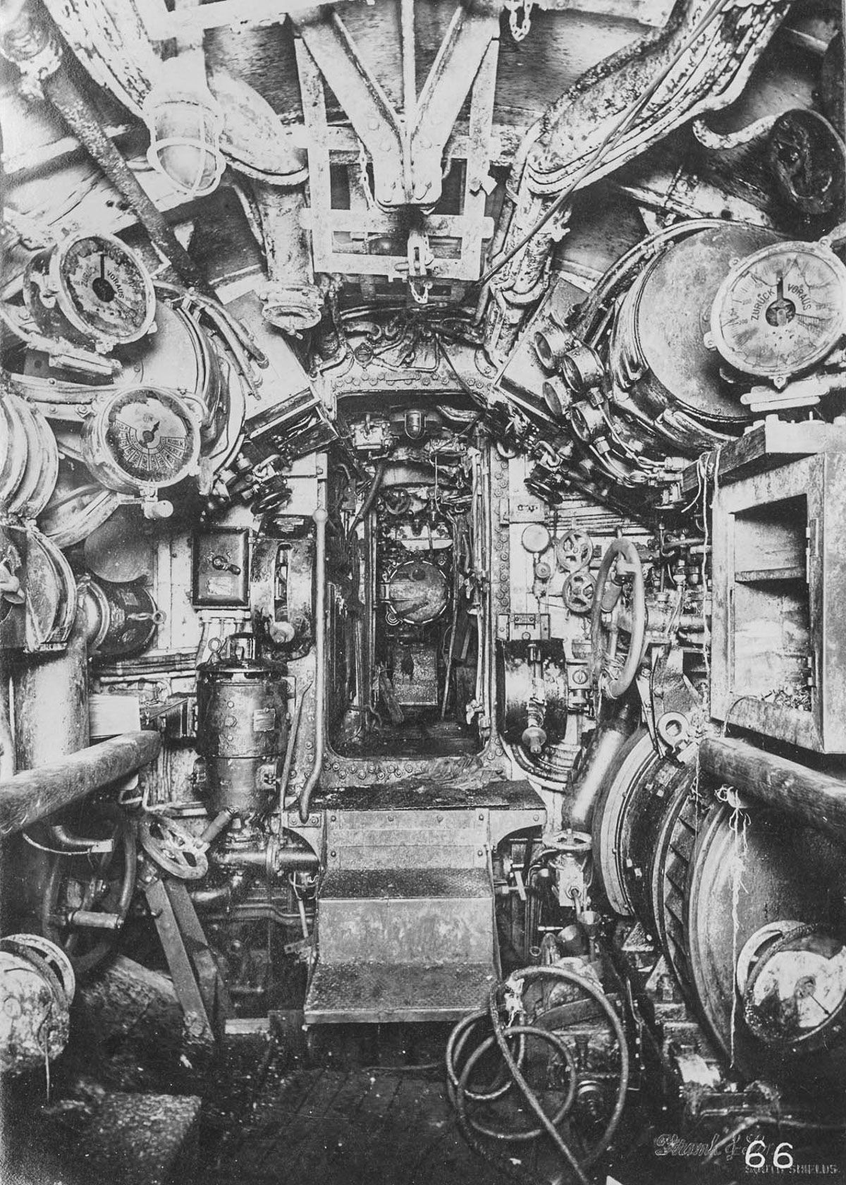 electric control room looking aft to motor room and stern torpedo room  [ 1200 x 1680 Pixel ]