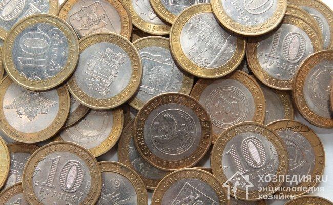 Bimetal'den para temizlemek için, değerli kopyalarda hasar görmemesi için nazik ajanları seçin (fotoğrafta - par 10 ruble ile bimetalik paralar)