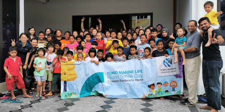 A group shot of Tokio Marine Life Malaysia employees with the children from Yayasan Sunbeams Home after art workshop.