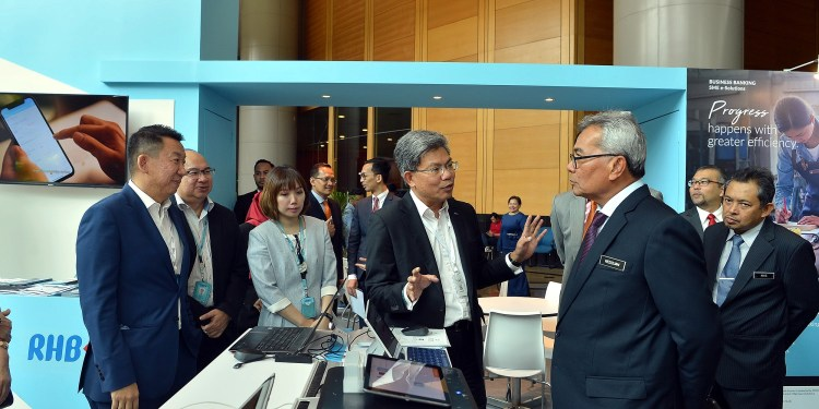 (far left) Jeffrey Ng, Head of Group Business and Transaction Banking, RHB Banking Group, (middle) Dato' Khairussaleh Ramli, Group Managing Director, RHB Banking Group, with YB Datuk Seri Mohd Redzuan Yusof, Minister of Entrepreneur Development, at The Future SME Conference 2019 held recently in Kuala Lumpur.