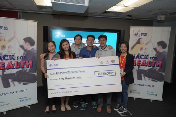 Sally Wan, Chief Executive Officer of AXA Hong Kong and Macau (right), presented the prize to Axathioprine, the Champion, which also won the Best Teamwork Award.