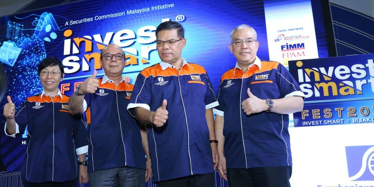 YB Datuk Seri Saifuddin Nasution Ismail, Minister of Domestic Trade and Consumer Affairs (3rd left) officiates InvestSmart Fest 2019. With him (left to right): Securities Commission Malaysia's Chief Regulatory Officer Foo Lei Mei, Chairman Datuk Syed Zaid Albar and Deputy Chief Executive Officer Datuk Zainal Izlan Zainal Abidin