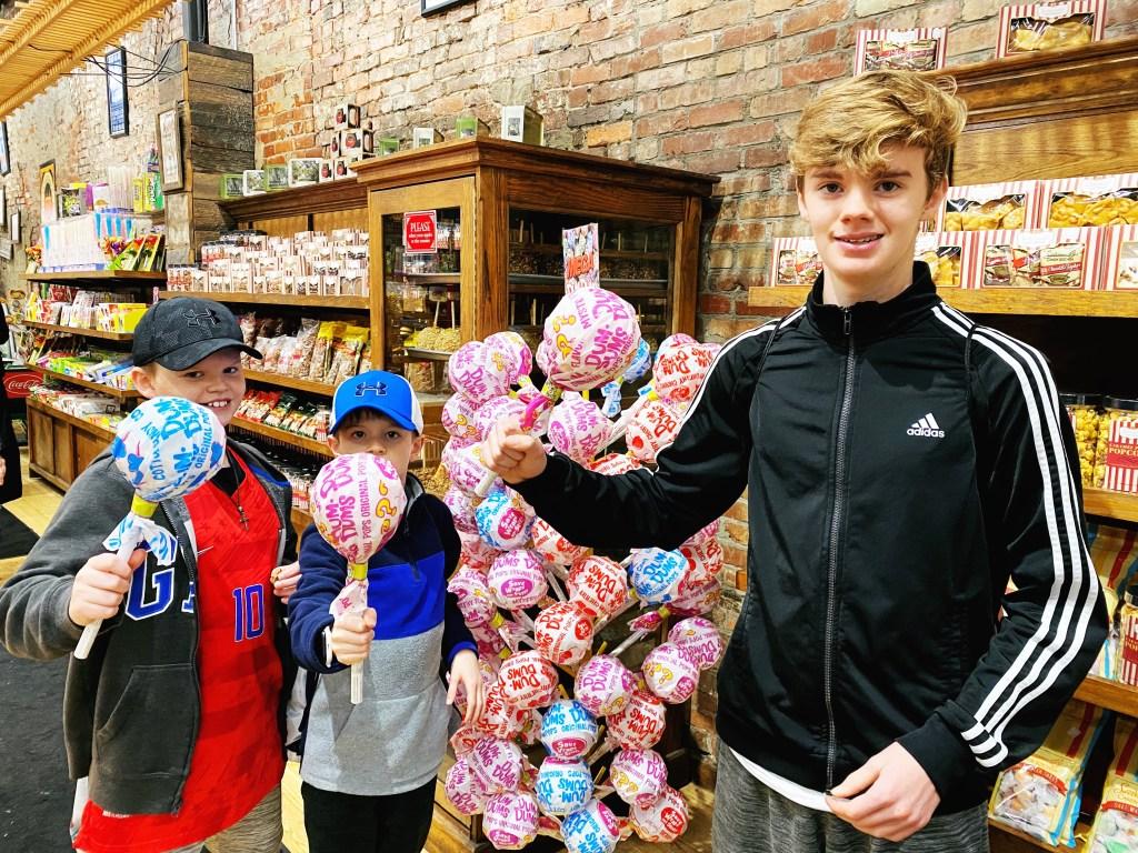 Savannah's Candy Store Nashville #tasteofnashville #walkingfoodtour #visitymusiccity #pecanpraline #savannahscandystore #dumdum