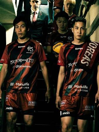マニュライフ生命のロゴが挿入された新ユニフォームを着用するヴォレアス北海道の選手