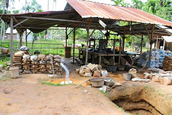 Salah satu sentra gelondongan untuk pengolahan emas pada pemukiman warga di Krueng Sabee, Kabupaten Aceh Jaya. Foto: Chik RIni