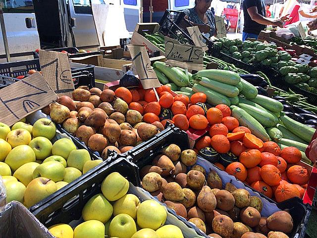 セビーリャのヒターノの青空市の野菜