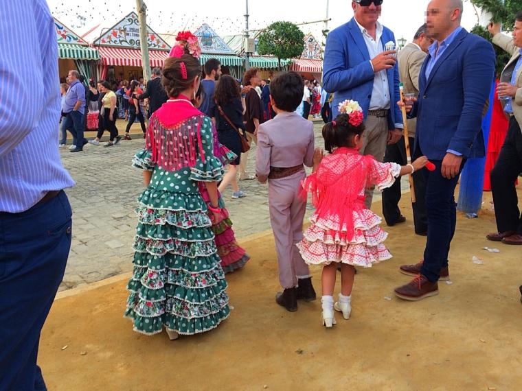 セビーリャのフェリア2017のフラメンカを着た子供