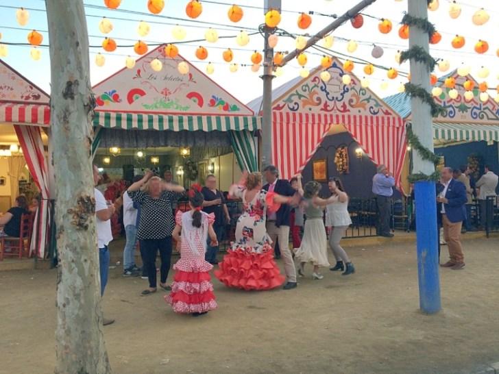 セビーリャのフェリア2017の道で踊る人々