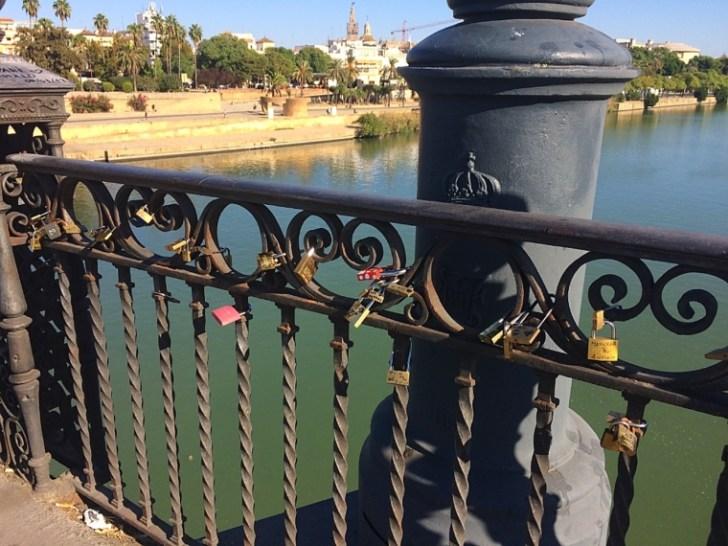 セビリアのイサベルII世橋の南京錠