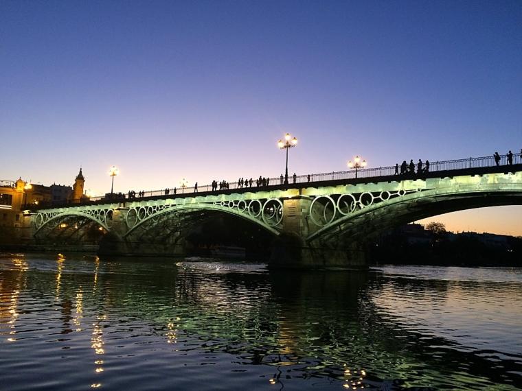 セビリアのイサベルII世橋の夕暮れ