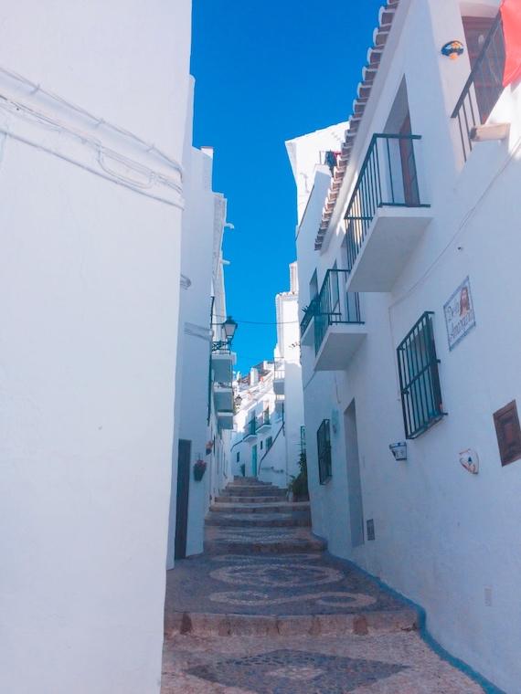 フリヒリアナの白い家とアンダルシアの青空