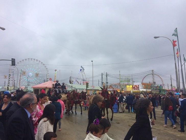 セビリアの春祭り2018の昼の会場と遊園地