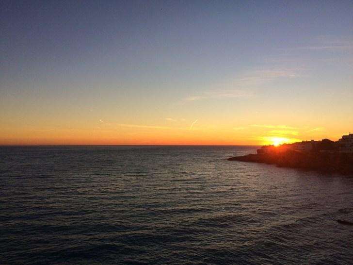 スペインのアンダルシア地方ネルハのヨーロッパのバルコニーからの夕日