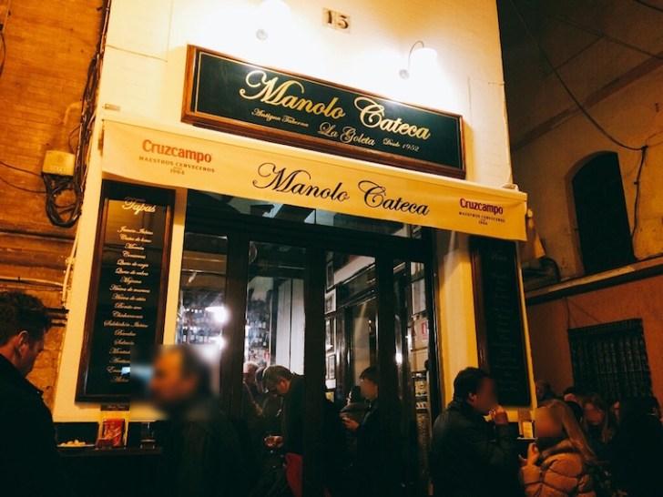 セビリアの老舗バル「マノロカテカ」の混雑