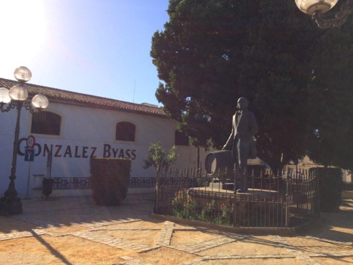 ヘレスのシェリー酒のボデガ前の銅像