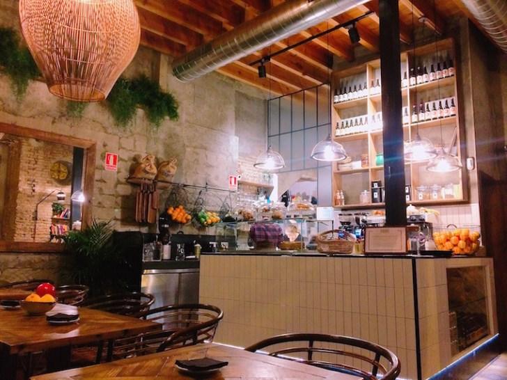 セビリアのWiFiカフェ『Paradas 7』の店内