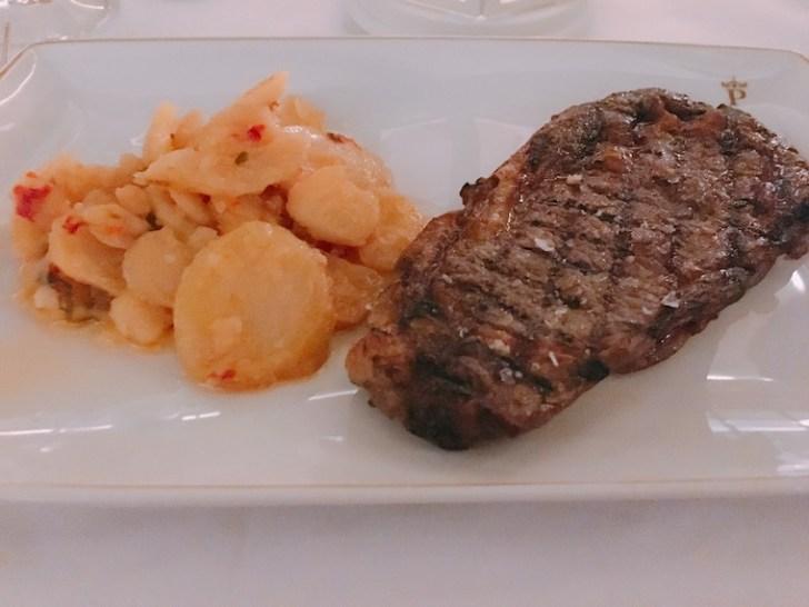 クエンカのパラドールのディナーのステーキ