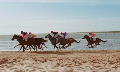 スペインのビーチ競馬!サンルーカルの海を楽しみながらの競馬観戦