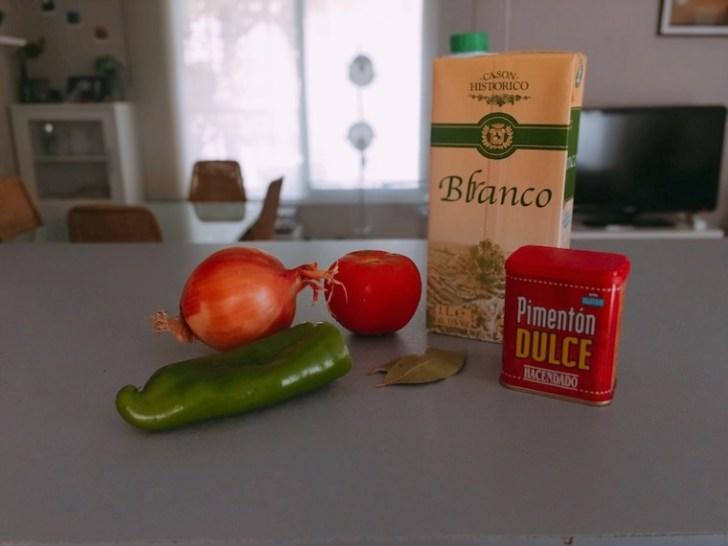 スペイン家庭料理「イカとじゃがいもの煮込み」の材料