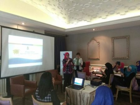 Dokter Wahyuni Sedang Presentasi