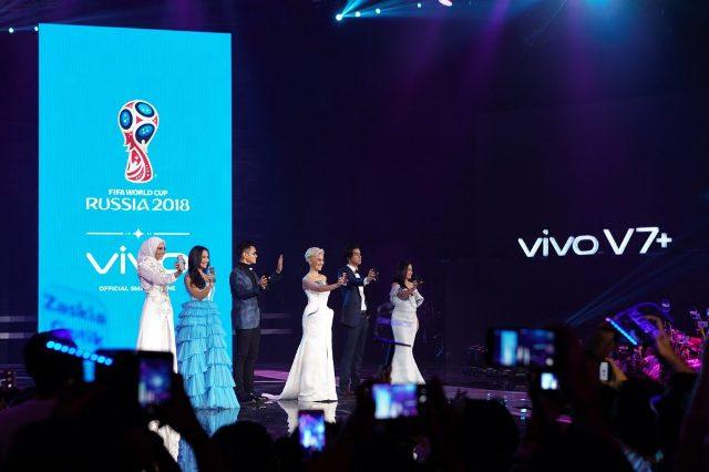 """Malam puncak peluncuran Vivo V7+ di Indonesia dalam konsep """"Perfect Moment"""" dengan kehadiran para Vivo Product Ambassadors dan Selfie Icon (kiri ke kanan); Zaskia Sungkar, Pevita Pearce, Afgan, Agnez Mo, Al Ghazali, dan Prilly Latuconsina pada Kamis, 28 September 2017 yang disiarkan langsung di 9 stasiun televisi nasional dan 9 digital media platform."""