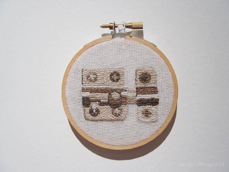 Instalación de cuatro bordados a mano sobre tela de algodón.
