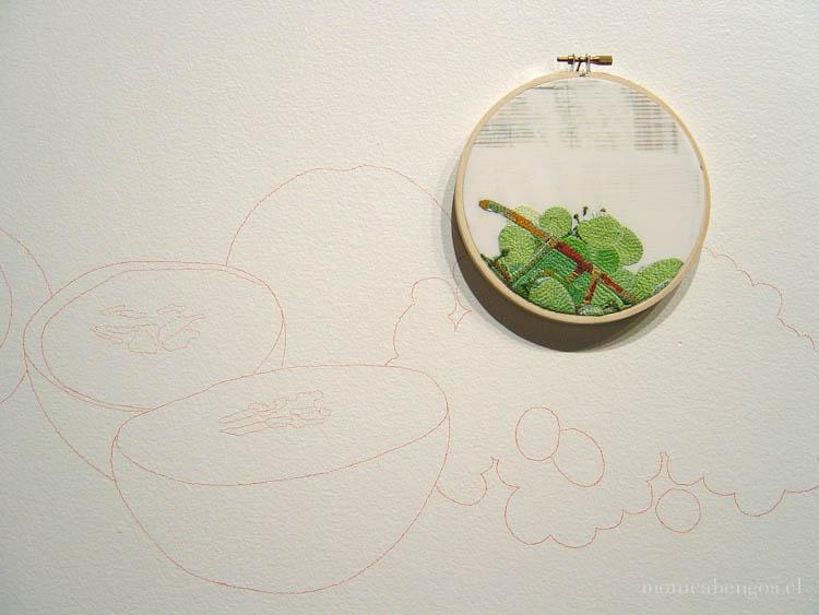 Dibujo al muro y bordado a mano sobre transfer fotográfico en tela de algodón