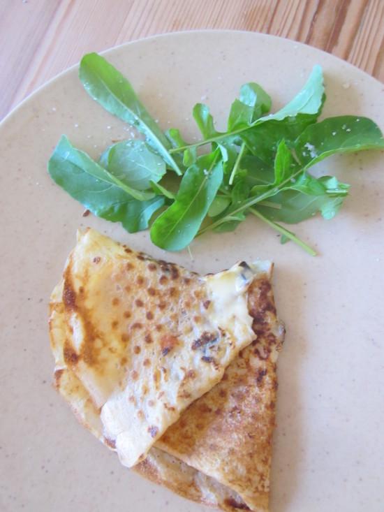 Frixuelo de ajo negro queso con rúcula