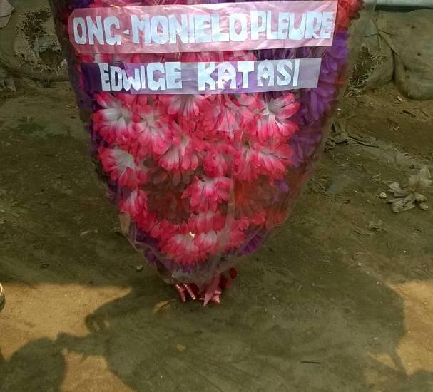 Bouquet de fleurs pour les obsèques d'Edwige
