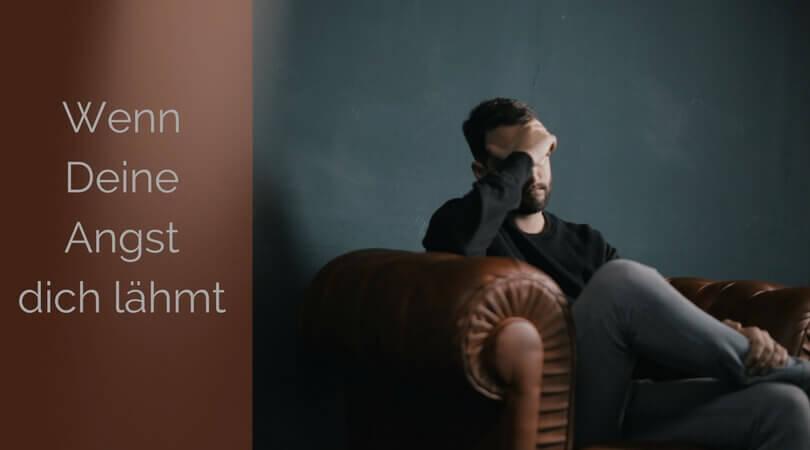 Angsterkrankung, Mann auf sofa Gesicht in der Hand verborgen