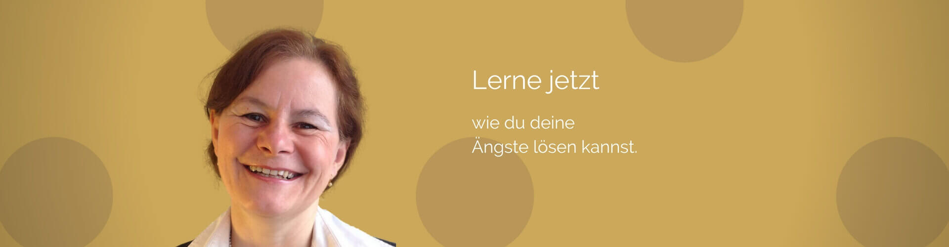 Coaching und Kurse Monika Albicker, Monika lächelt vor goldenem Hintergrund