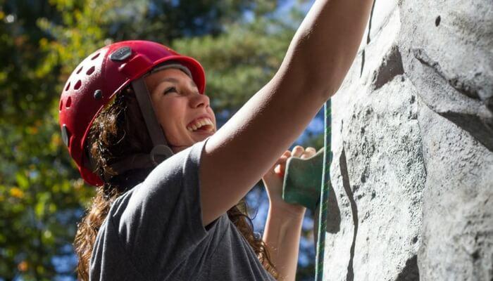 Höhenangst beim klettern, Frau an Steilwand