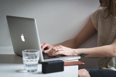 Fahrplan Ängste, Frau schreibt auf Laptop