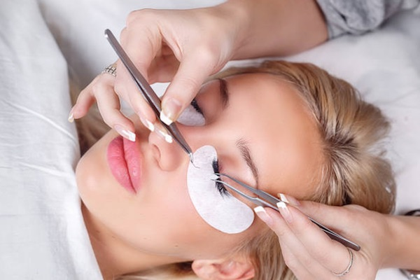 How To Decide If Fake Eyelashes Or Eyelash Extensions Are Right For You-1
