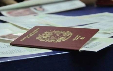 Ante la falta de respuesta del Saime sobre la entrega de pasaportes, venezolanos en el exterior promueven un documento libre