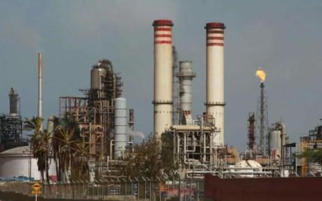 el centro refinador sufri? una baja en su producci?n. De 35 mil barriles diarios pas? a 22 mil, incluyendo gasoil y otros derivados.